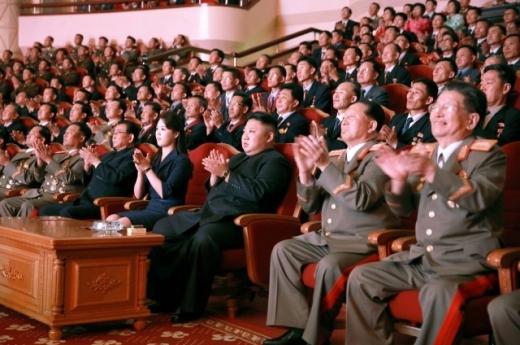 Става страшно! Ким Чен Ун събра учените си на банкет и нареди да...   (СНИМКИ)