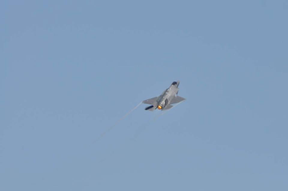 ПЪРВИ СНИМКИ: F-35 ДЕМОНСТРИРА ВЪЗМОЖНОСТИ И КАЦНА В АВИОБАЗА ГРАФ ИГНАТИЕВО!