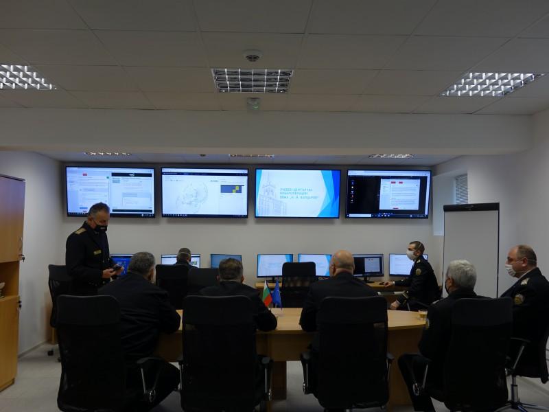 Фото-галерия: Началникът на отбраната посети новия киберцентър в Морско училище