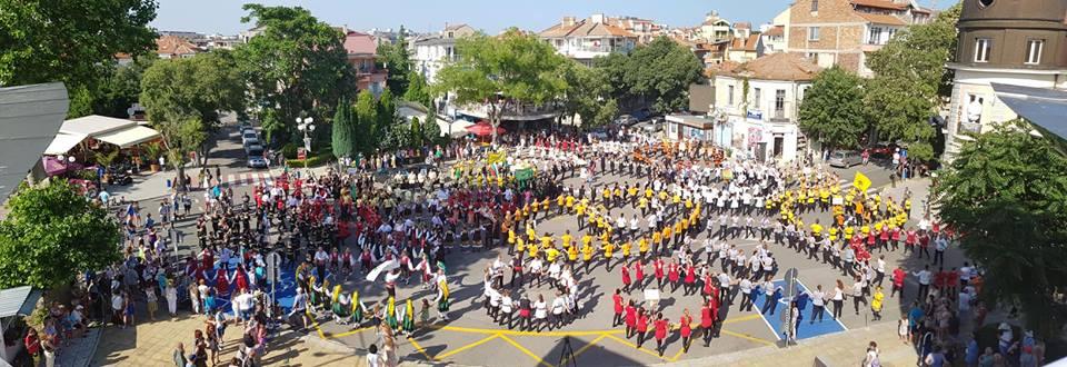 "Фото-галерия: 1000 души се хванаха на българско ""Хоро край поморийския бряг""!"