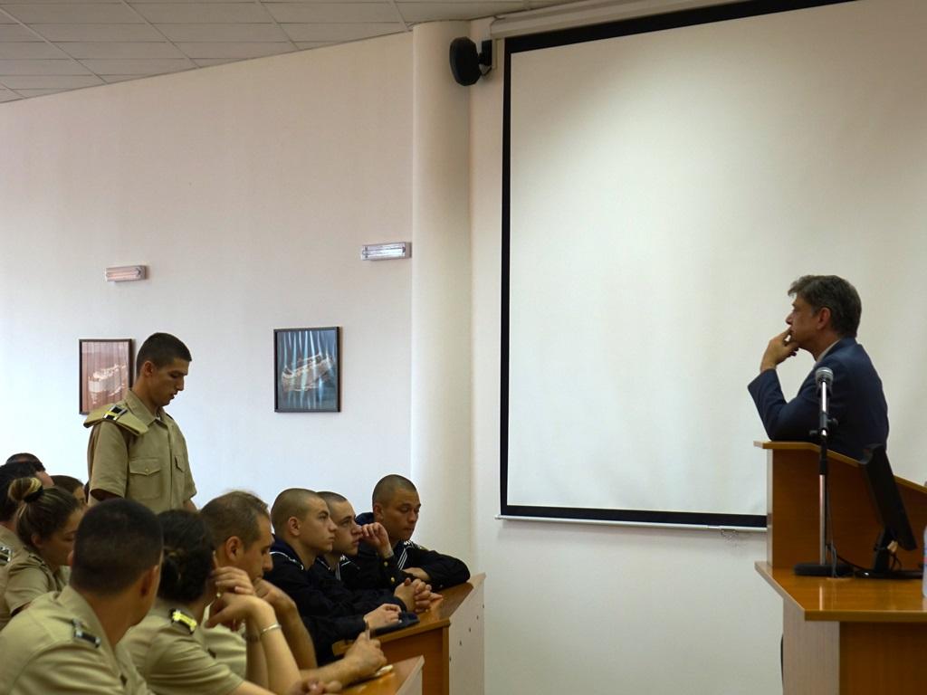 Фото-галерия: Председателят на Комисията по отбрана – генерал Константин Попов, се срещна с курсанти от Морско училище