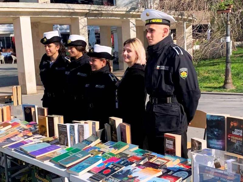 Морско училище организира благотворителен Великденски книжен базар