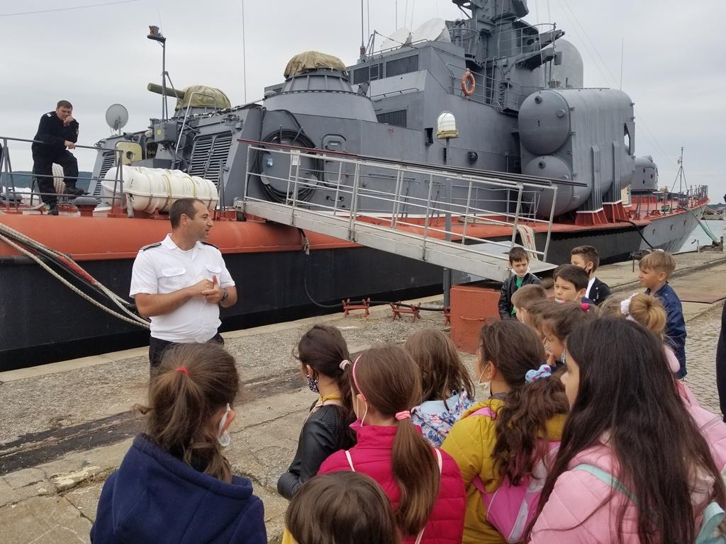 Фото-галерия: Ученици посетиха Пункт за базиране Бургас