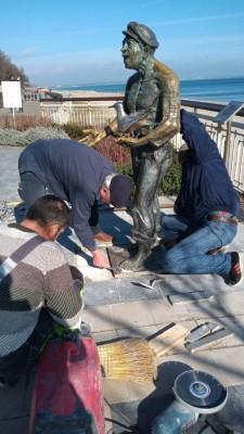 Фото-галерия: Укрепиха паметника на Петьо Пандира при мостика в Бургас