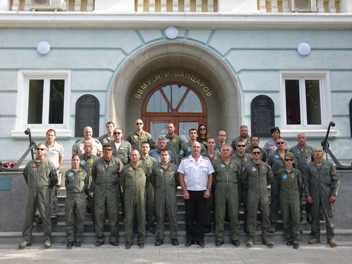 Фото-галерия: Военни пилоти гостуваха на Морско училище