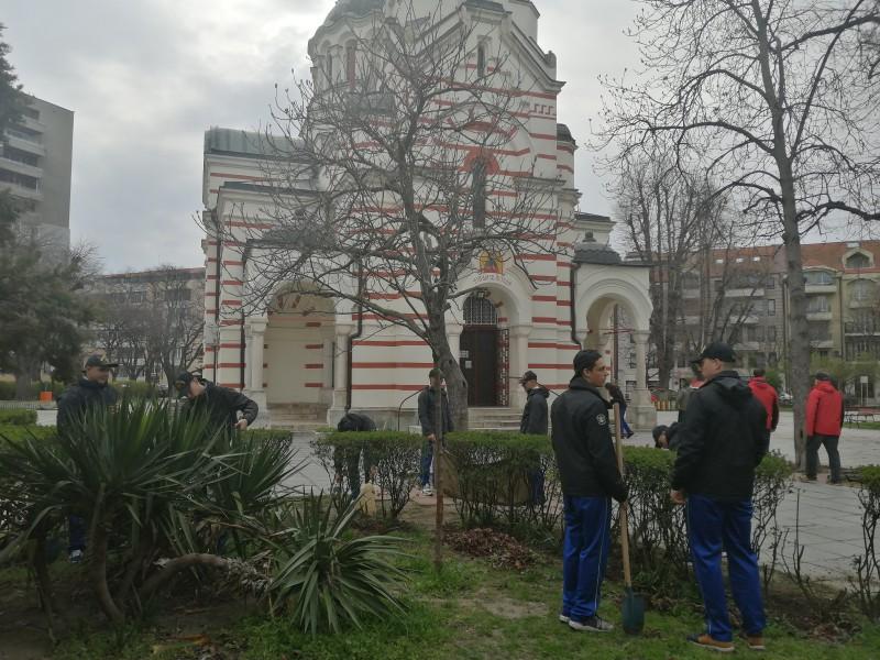 Курсанти от Морско училище почистиха около варненски църковни храмове (снимки)