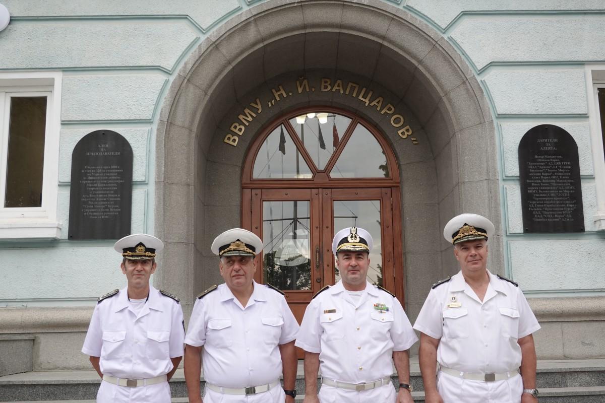Фото-галерия: Командирът на ВМС на Румъния посети Морско училище