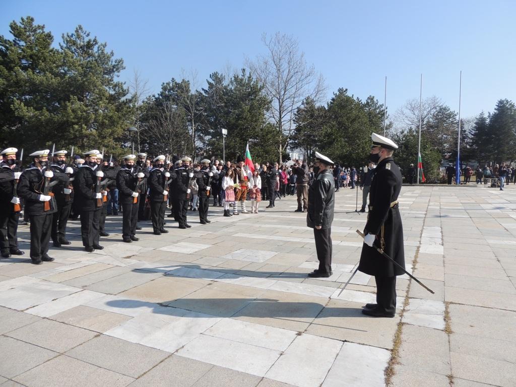 Фото-галерия от Добрич: издигане на националното знаме пред паметника на хан Аспарух и ритуал при Костницата на загиналите руски войни