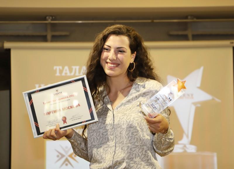 "Фото-галерия: Курсантка – военен лекар, от Морско училище стана ""Талант на годината"""