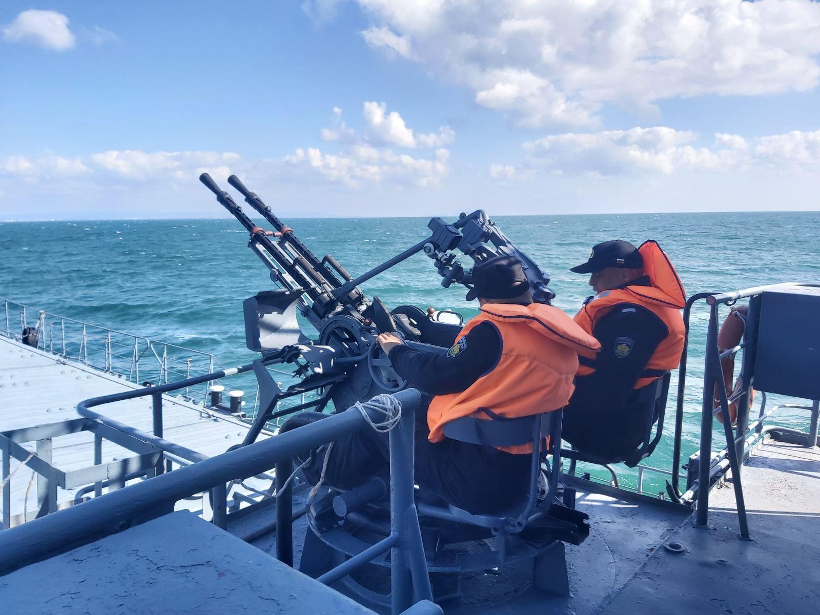 Фото-галерия: Кораби от състава на Флотилия бойни и спомагателни кораби провеждат тактически учения на море