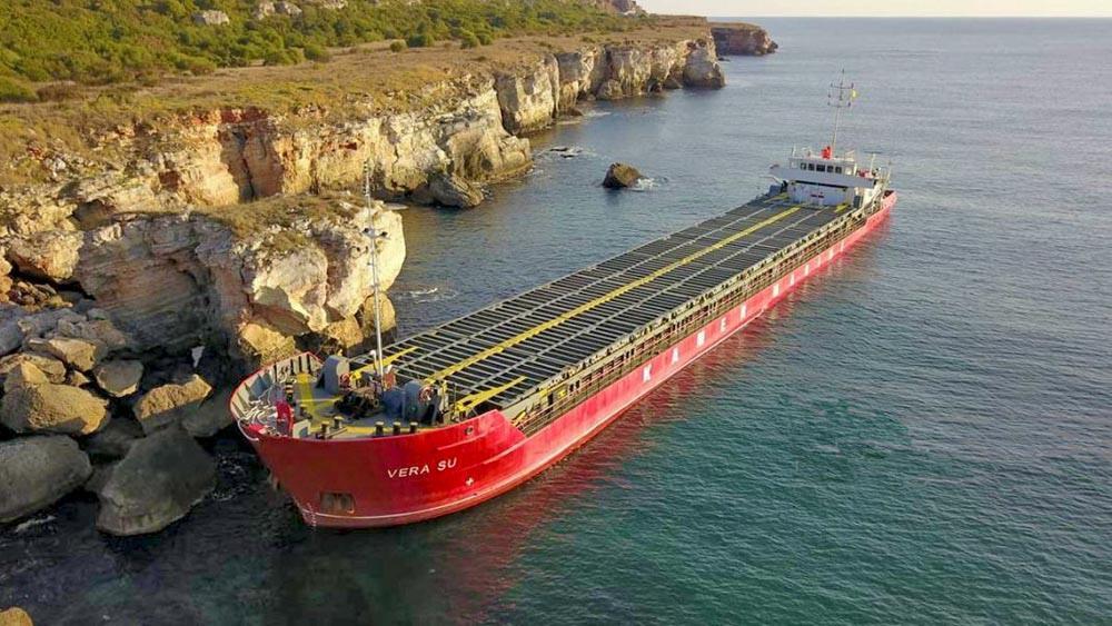 Извършено е пробонабиране на водите в Черно море в района на заседналия кораб по сигнал за изтичане на азотни торове в морето