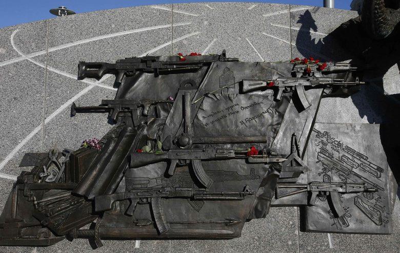 /СНИМКИ/ От паметника на Калашников изрязаха изображение на автомат на Шмайзер