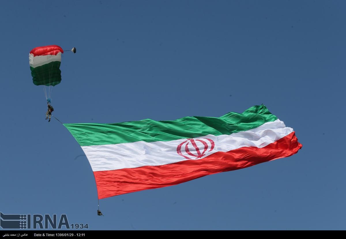 ИРАН ПЛАШИ С МОЩНИ ОРЪЖИЯ: Военен парад в Техеран в чест на Деня на армията  (снимки и видео)