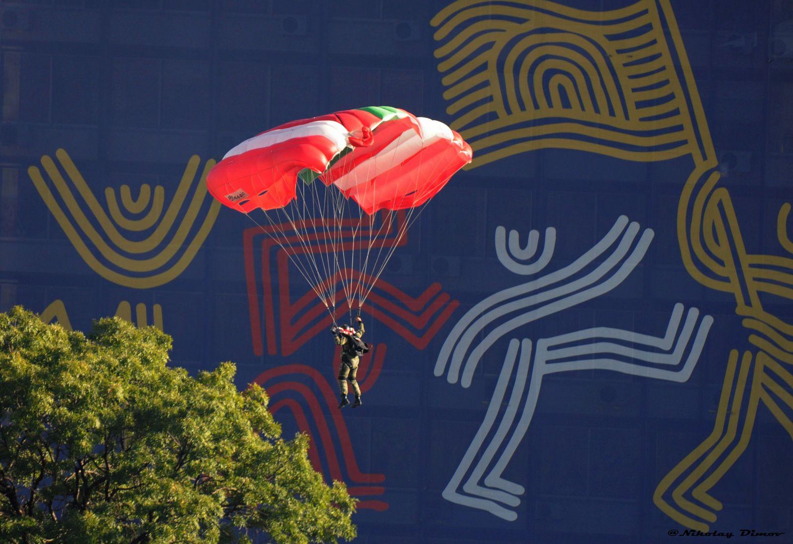 """Военнослужещите от 68-а бригада """"Специални сили"""" демонстрираха висок професионализъм при изпълнение на парашутни скокове над Пловдив, приземявайки се в самия център (СНИМКИ)"""