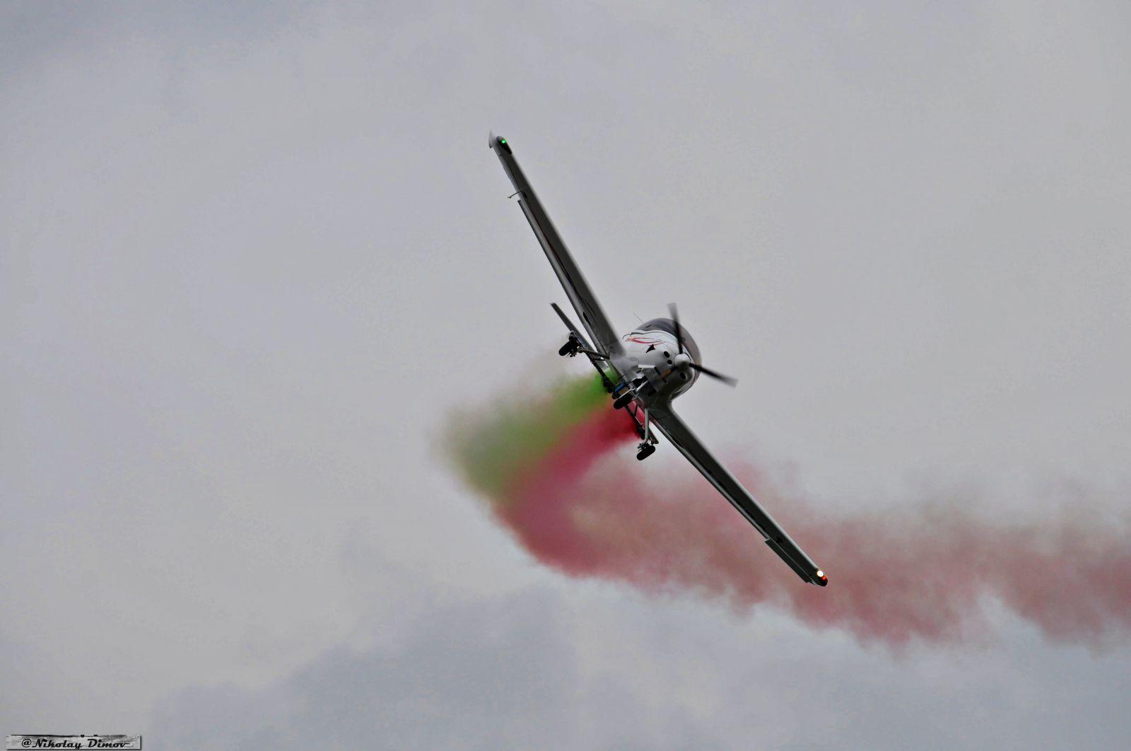 ГАЛЕРИЯ: Полети и шлейф с цветовете на националния флаг в небето над Граф Игнатиево