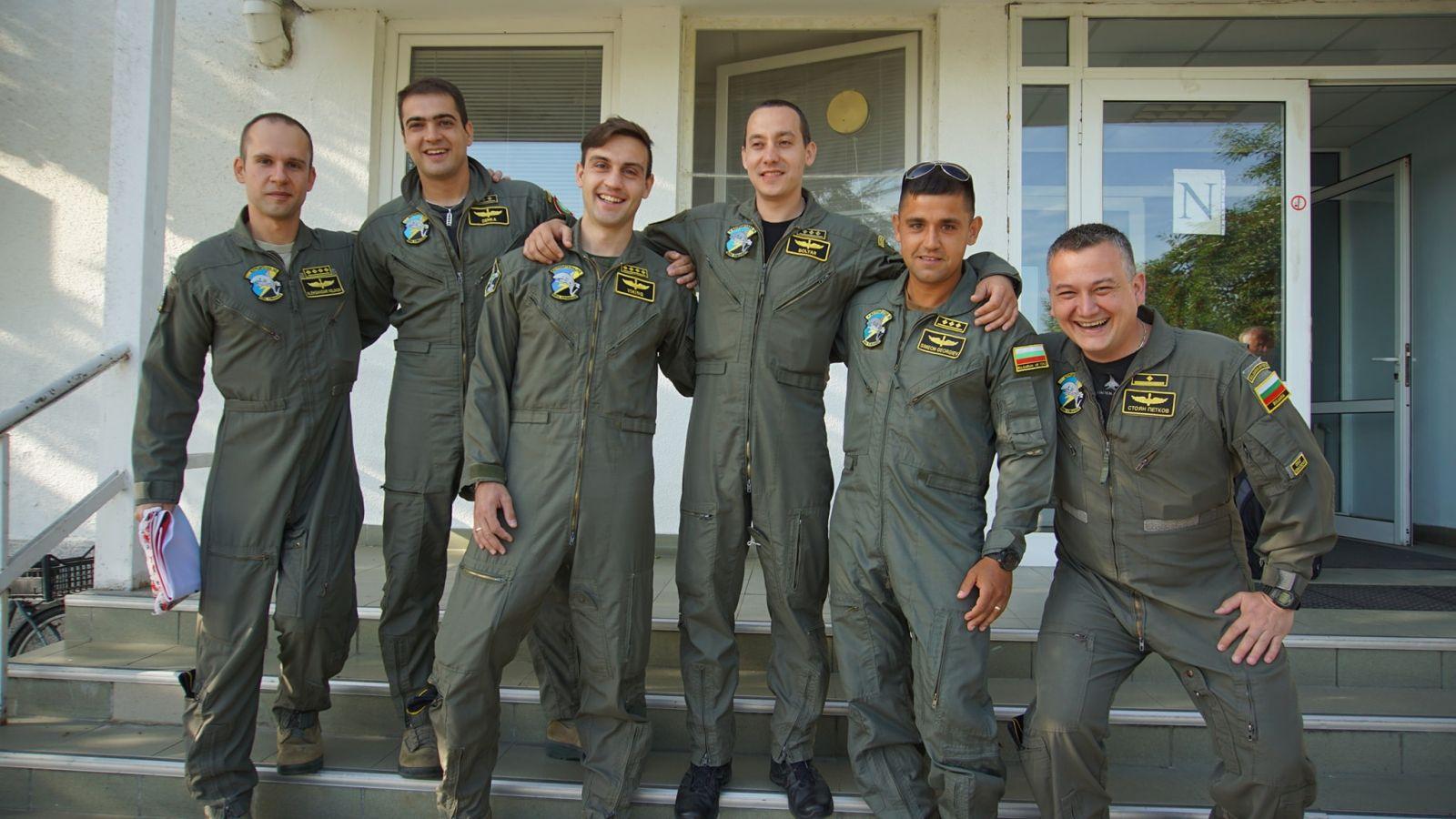 Командването и пилоти от авиобаза Граф Игнатиево изпратиха своите колеги-летци, заминаващи за обучение на F-16 в САЩ