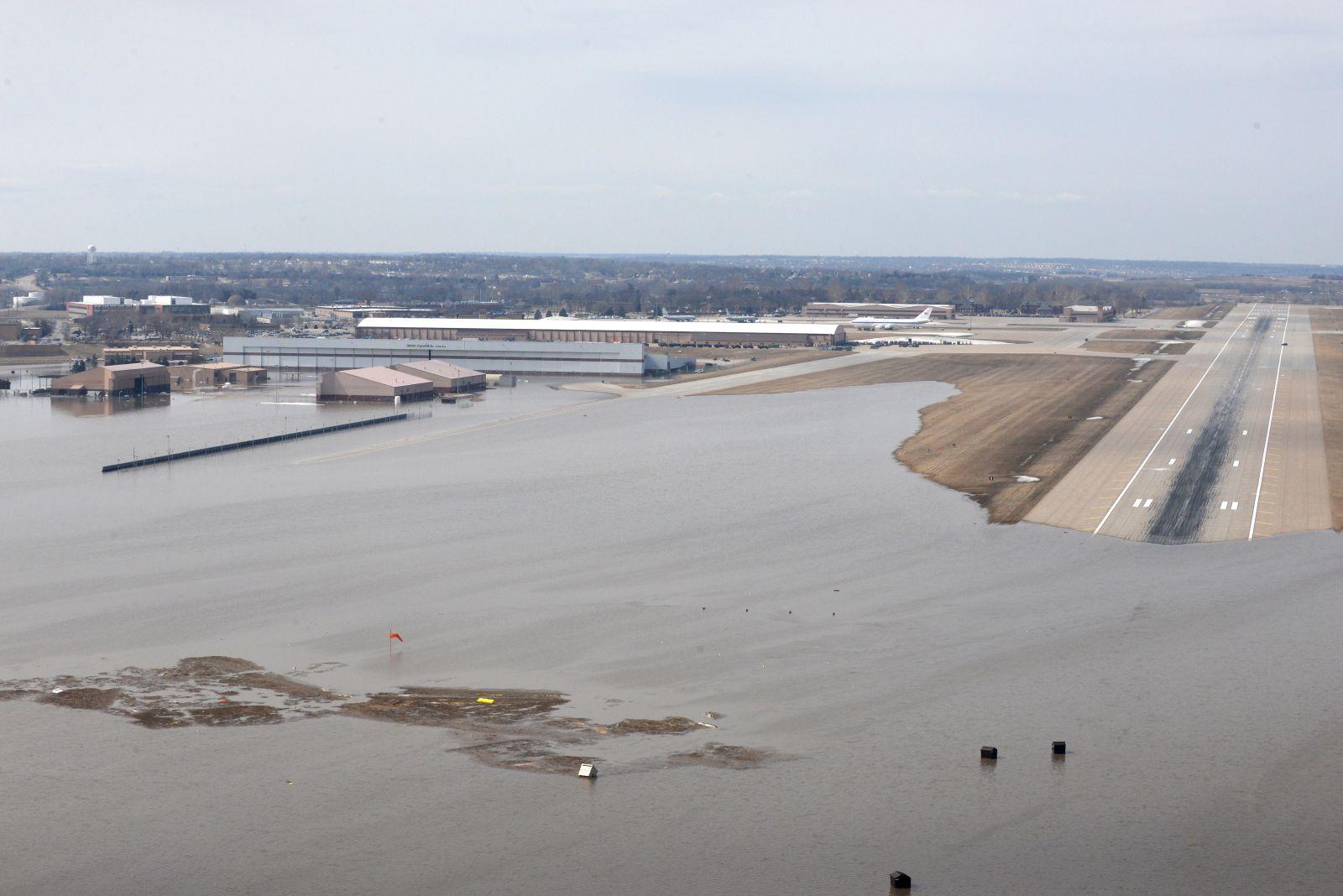 Една трета от американската военновъздушна база Offutt е под вода, 60 сгради са силно повредени (снимки)