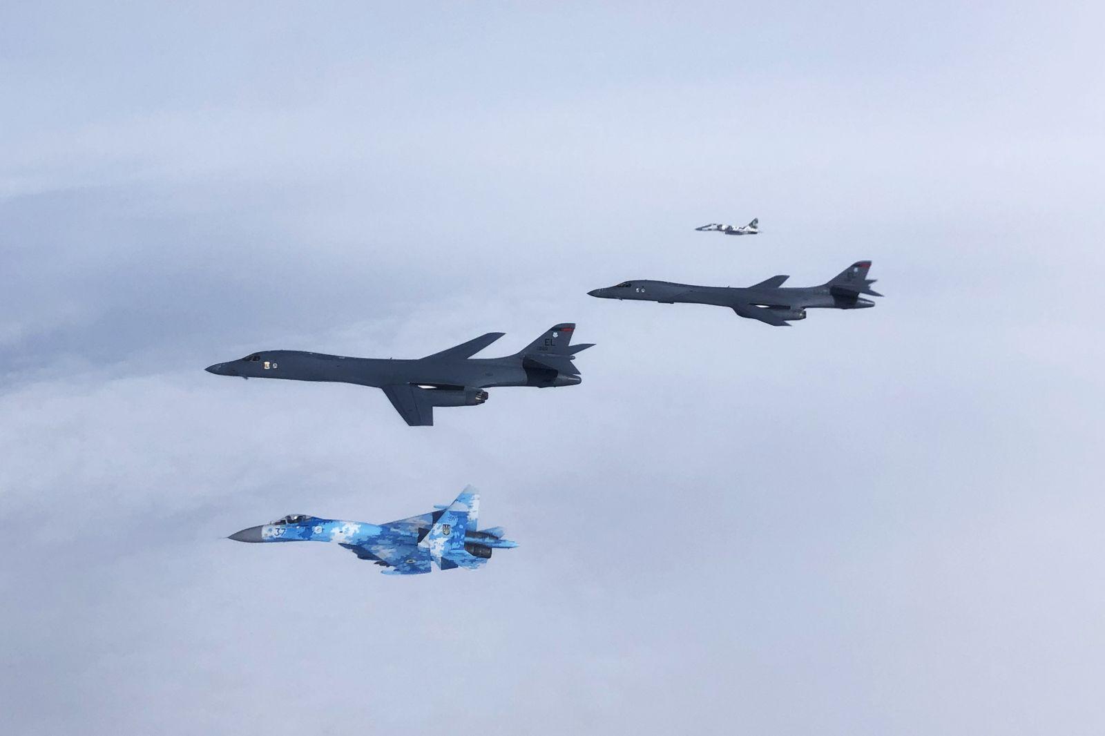 Американски бомбардировачи В-1В Lancer взаимодействат с гръцки F-16 над Скопие и румънски МиГ-21 и F-16 над Черно море