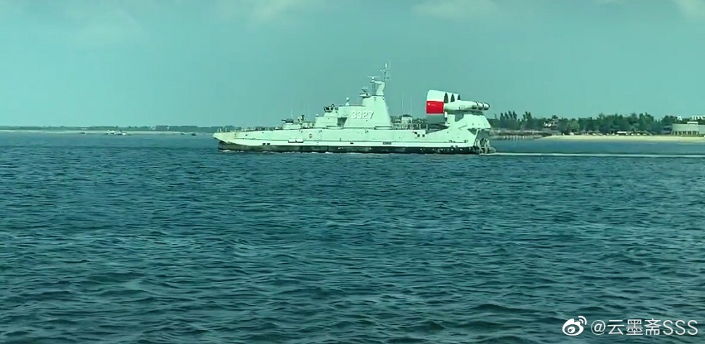 "Фотофакт: Малък десантен кораб  ""Зубр"" китайско производство"