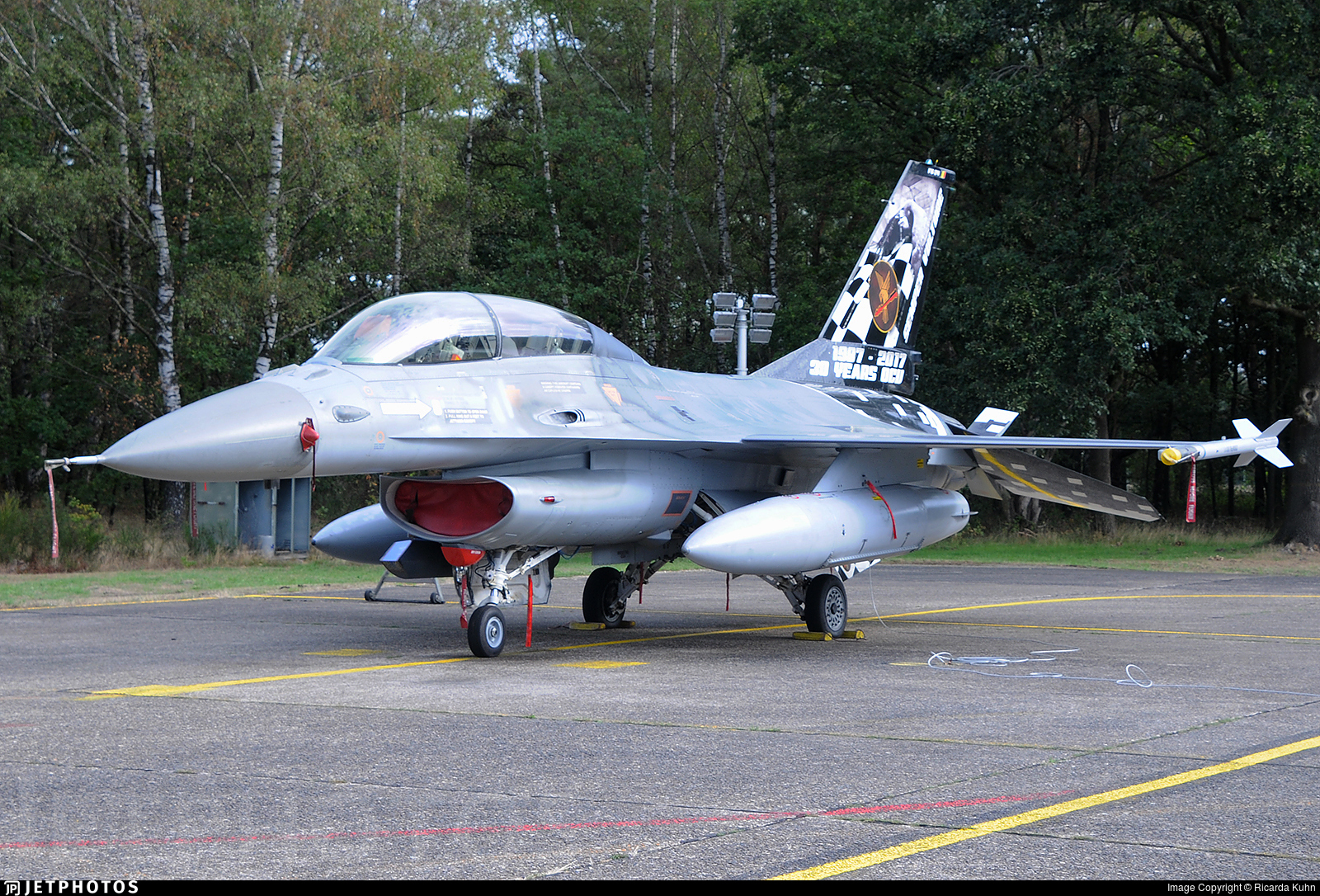 Белгийски изтребител F-16 се е разбил във Франция, единият пилот се е закачил на високоволтов кабел