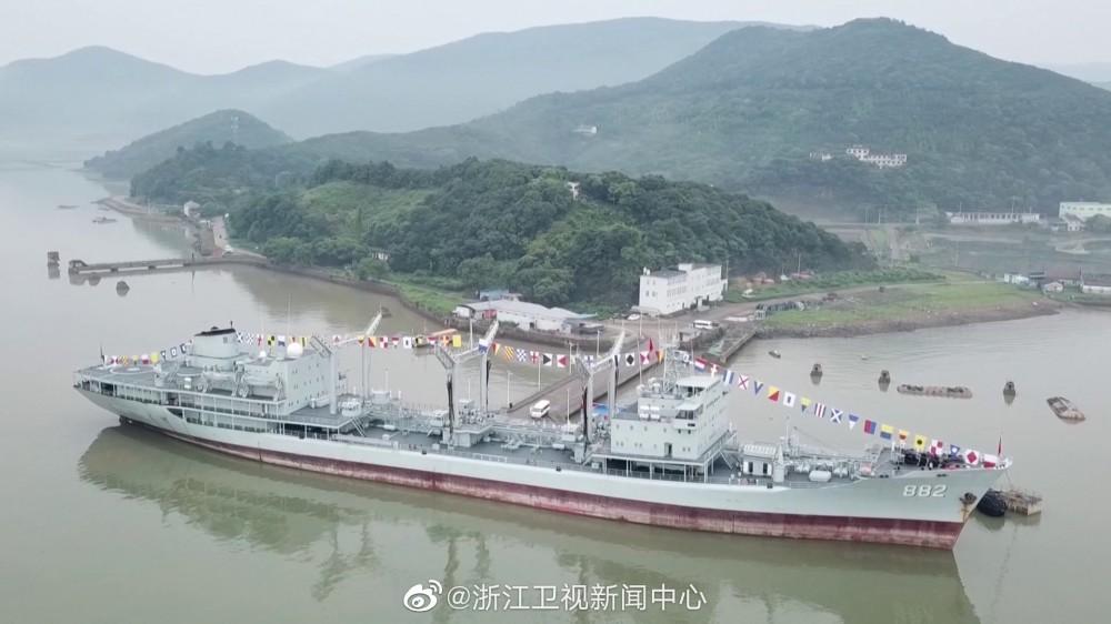 ВМС на НОАК извадиха от въоръжение най-големия си надводен кораб (видео и снимки)