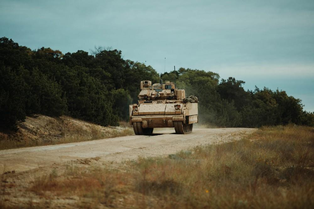 Войскови изпитания в САЩ на модернизираната БМП M2A4 Bradley (снимки)