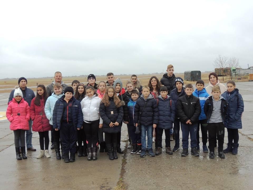 """Ученици от  """"Млад спасител"""" в град Стрелча посетиха 24-та авиационна база"""
