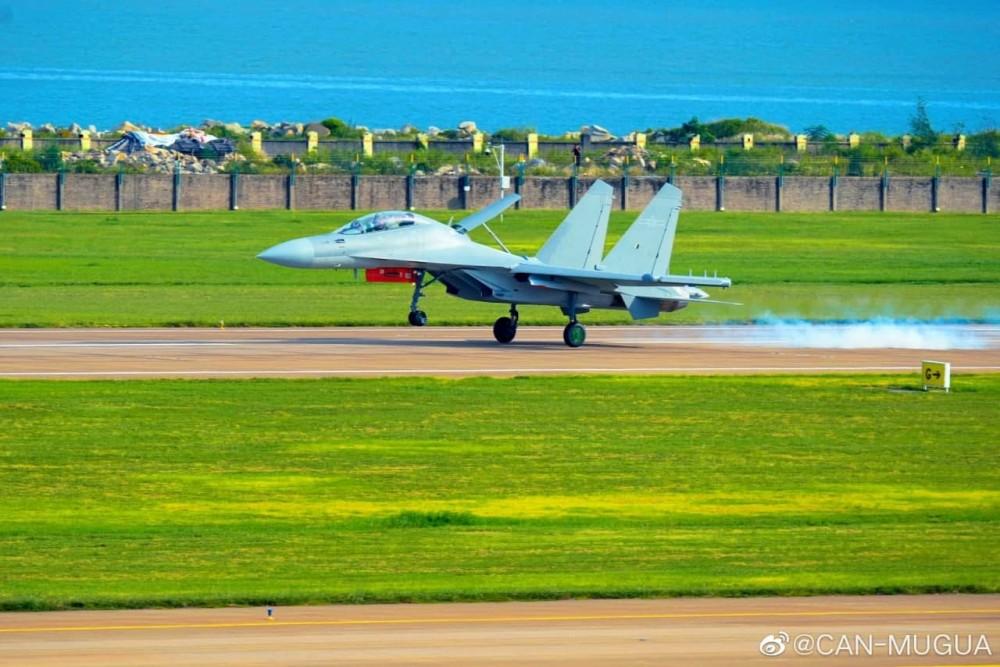 От близо: Китайски самолет за РЕБ J-16D (фотогалерия)