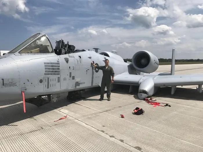 ВВС на САЩ награждават пилота на А-10, приземила самолета по корем и без фанар