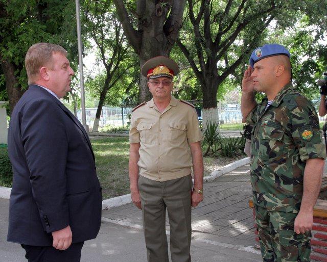 Гърмят гранати, Каракачанов гледа лов на терористи на екран Министърът иска редниците да взимат по 1000 лева
