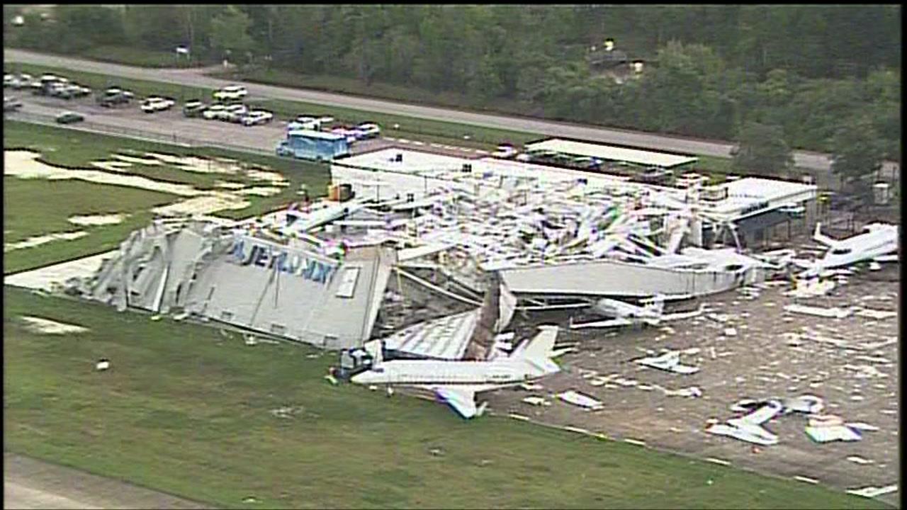 Силен вятър поврежда самолети в САЩ (снимки)