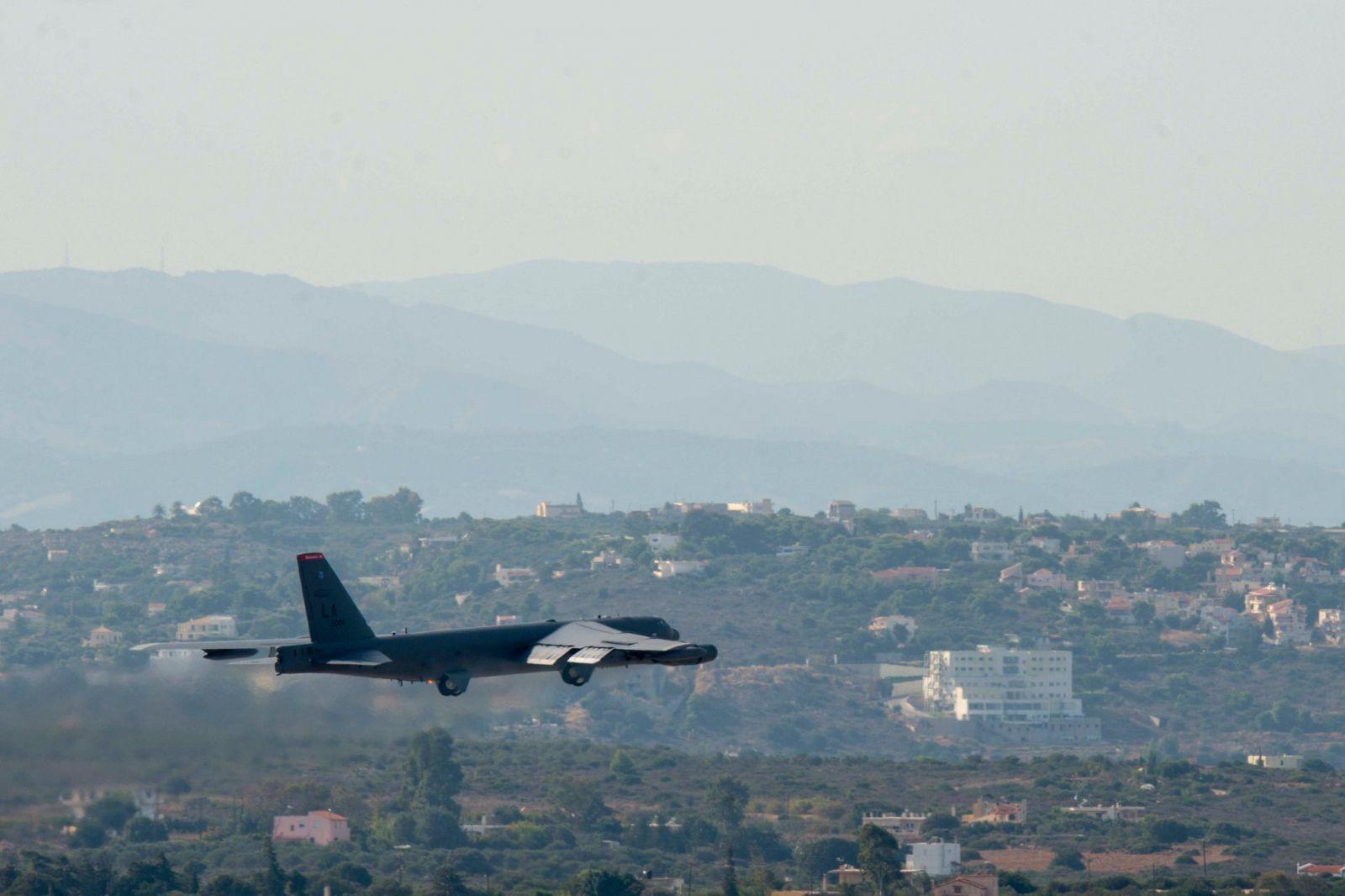 В Гърция за първи път кацна американски стратегически бомбардировач B-52 Stratofortress