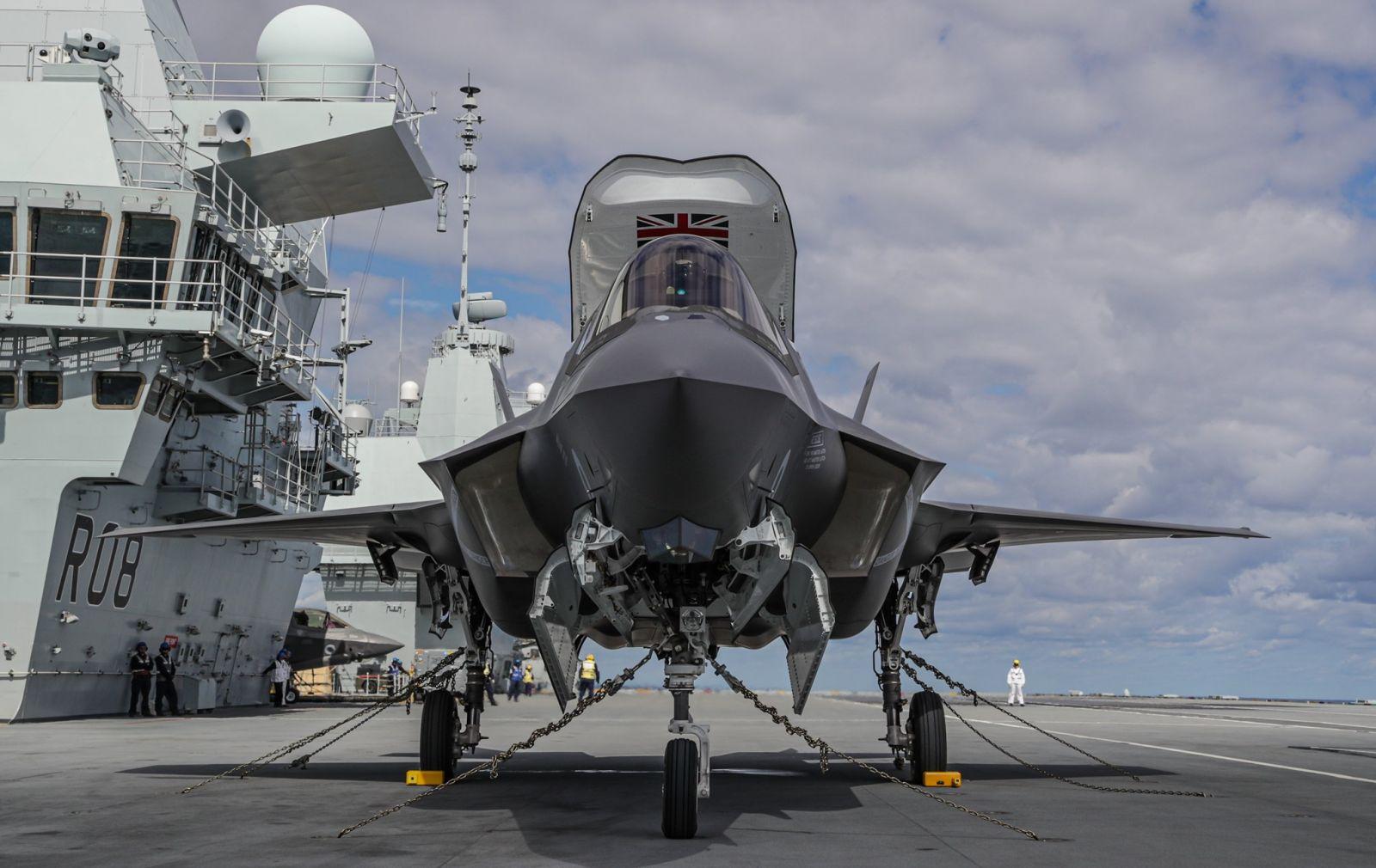 За първи път британски изтребители F-35B кацнаха на самолетоносача HMS Queen Elizabeth (уникални снимки)