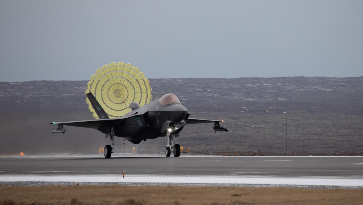 """Норвежките ВВС поемат дежурство по """"Еър полисинг"""" в Исландия с F-35A (видео и снимки)"""