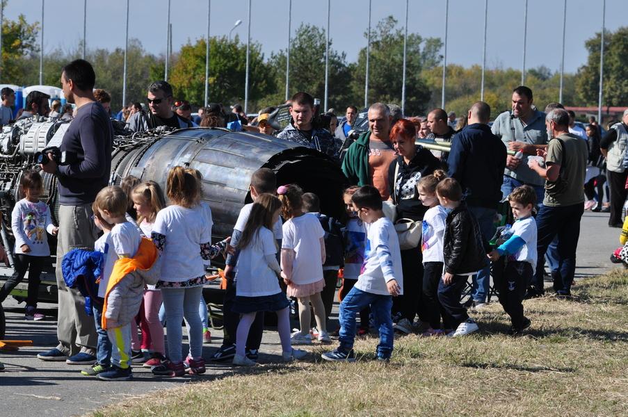 Полети и щастливи деца в авиобаза Граф Игнатиево в деня на отворени врати (снимки)