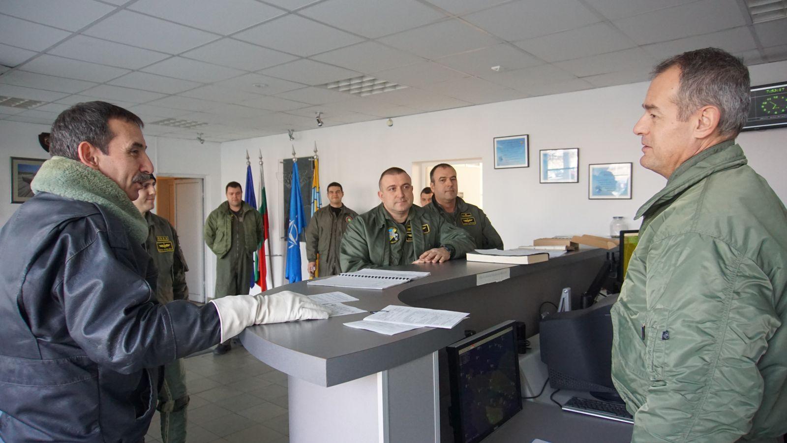 ГАЛЕРИЯ: Командирски старт на първия летателен ден за годината в авиобаза Граф Игнатиево
