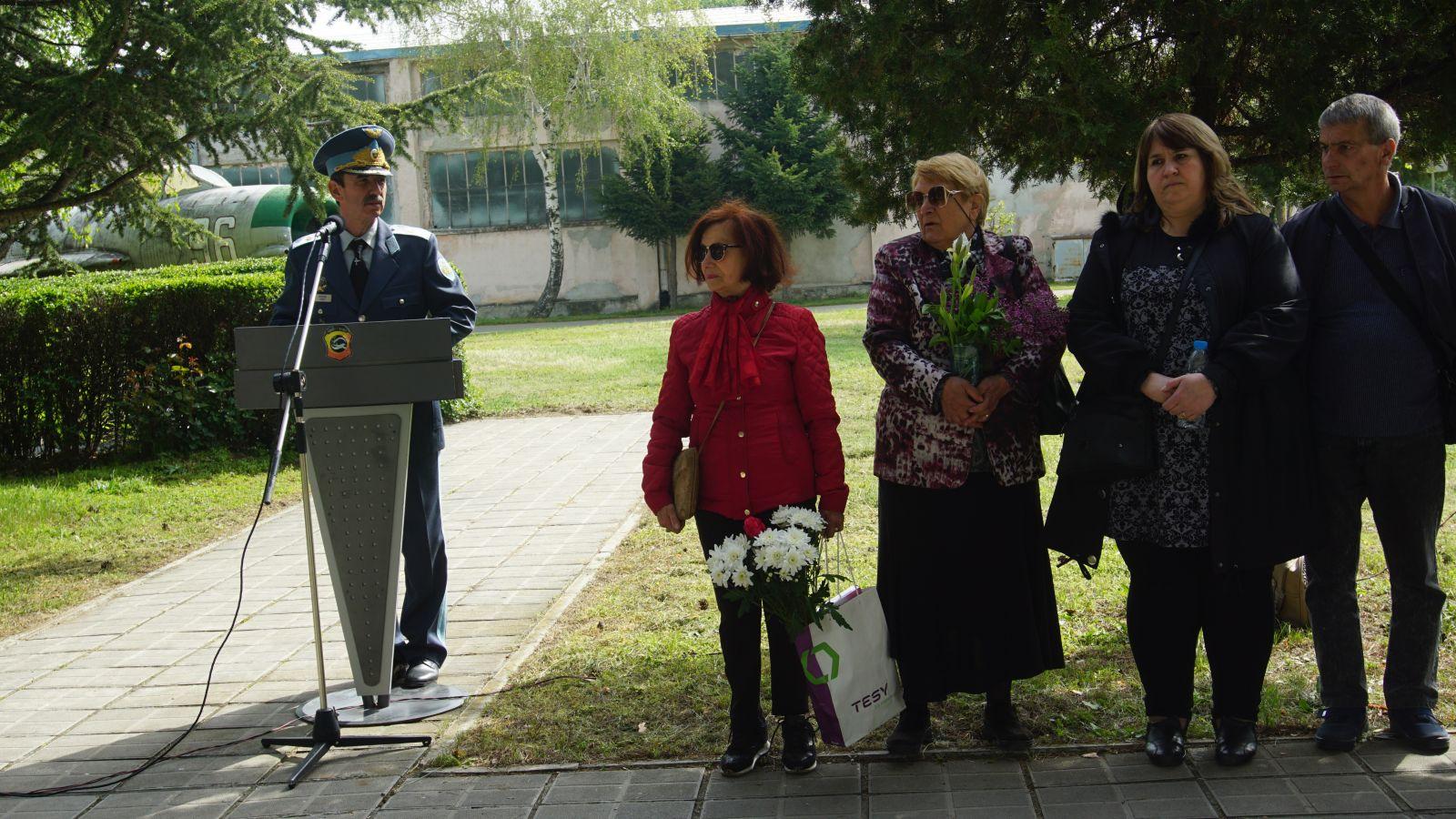 Авиобаза Граф Игнатиево почете паметта на загиналите летци  майор Спас Шиндаров и лейтенант Найден Найденов