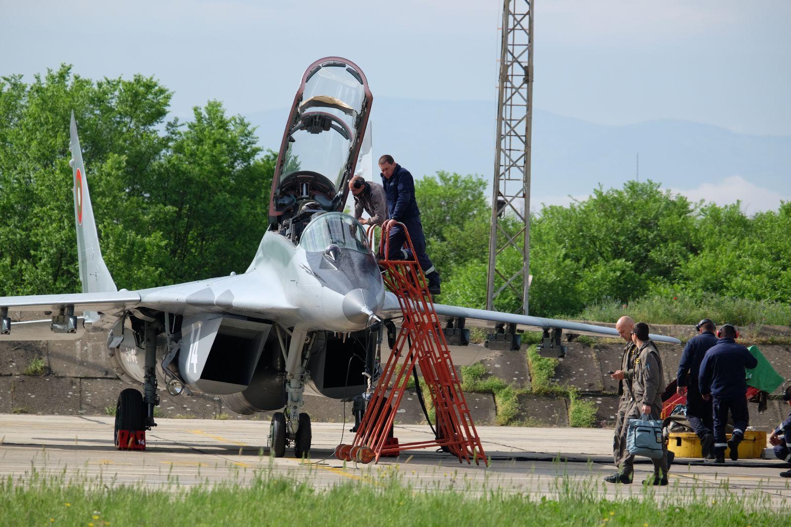 Майори и капитани са пилотите от авиобаза Граф Игнатиево, които ще прелетят над София (Фоторепортаж от полетите днес)-2 част