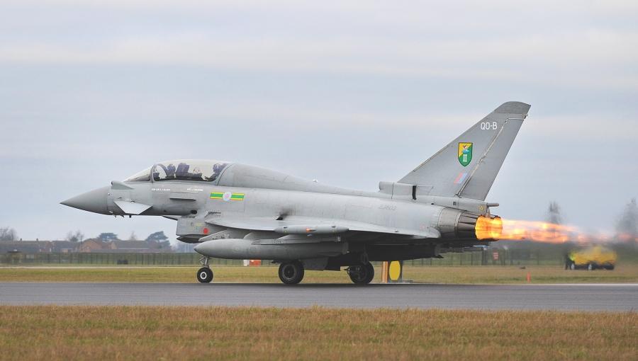 Излитане на изтребител Typhoon (рег. номер ZJ802 'QO-B') от 3 иае, разположена във военновъздушната база Coningsby,за участие в учението Taurus Mountain