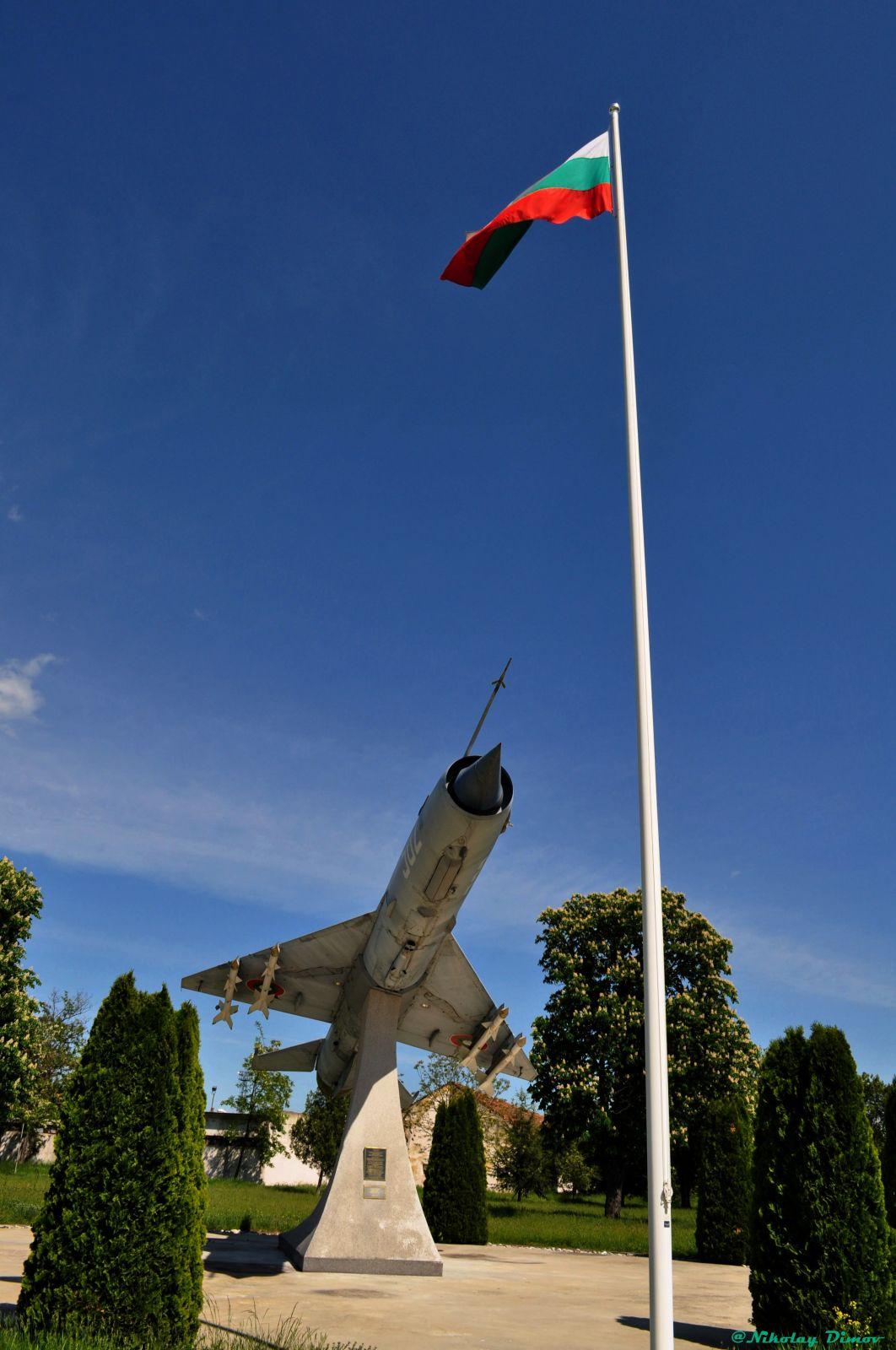 След Безмер, да видим и външна експозиция със самолети в авиобаза Граф Игнатиево (част 1)