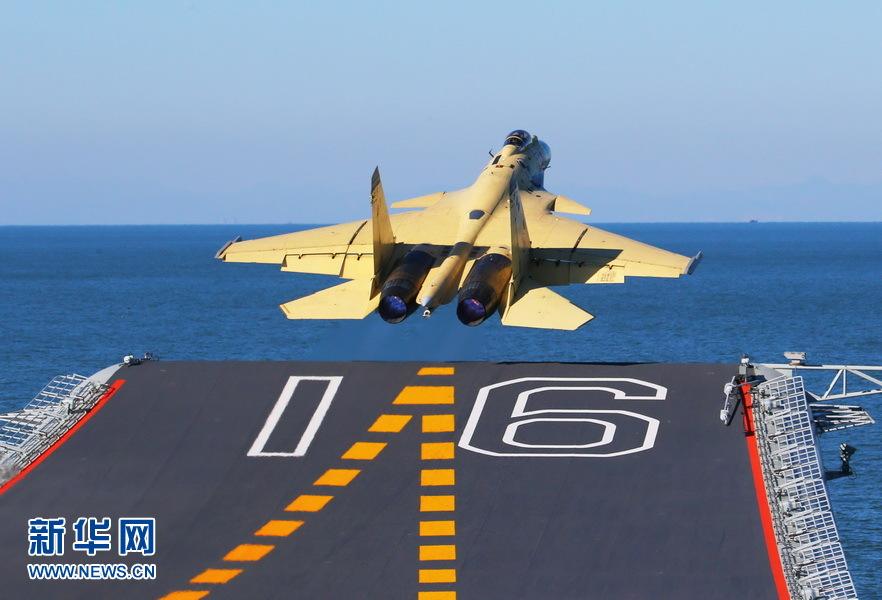 Новият китайски самолетоносач ще носи 40 изтребителя J-15 (снимки)