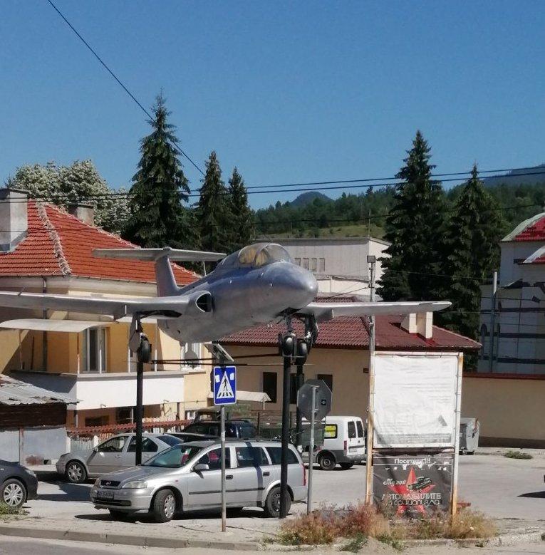 """Набор 1949г. от град Батак възстановява окраската  на самолет  L-29 """"Делфин"""""""