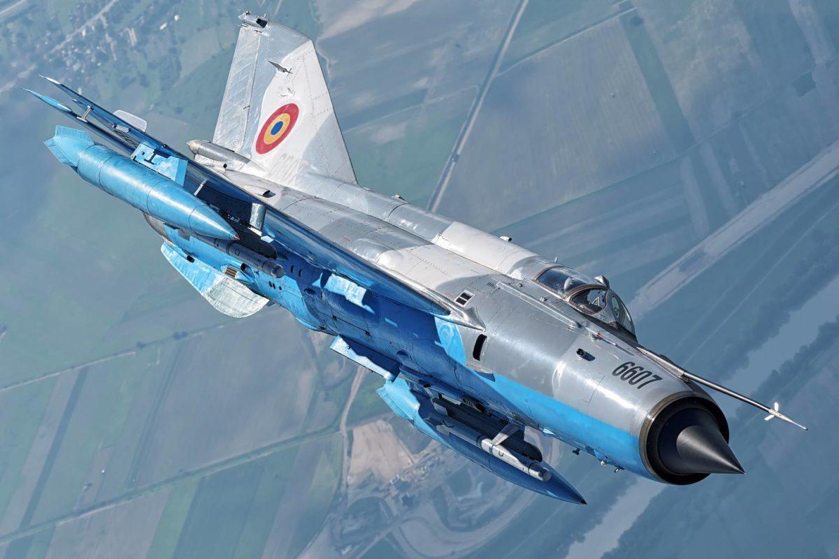 Видео: Последните секунди от полета на разбилия се вчера румънски МиГ-21 LancerR-C