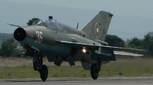 """Фотофакт: МиГ-21УМ борд """"36"""" в подножието на Родопите  и преди това..."""