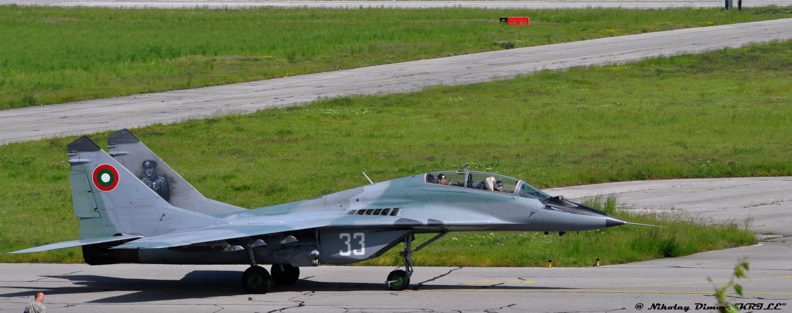 В кадър: Излитане на МиГ-29 на форсаж на празничния 6-ти май (фотогалерия)