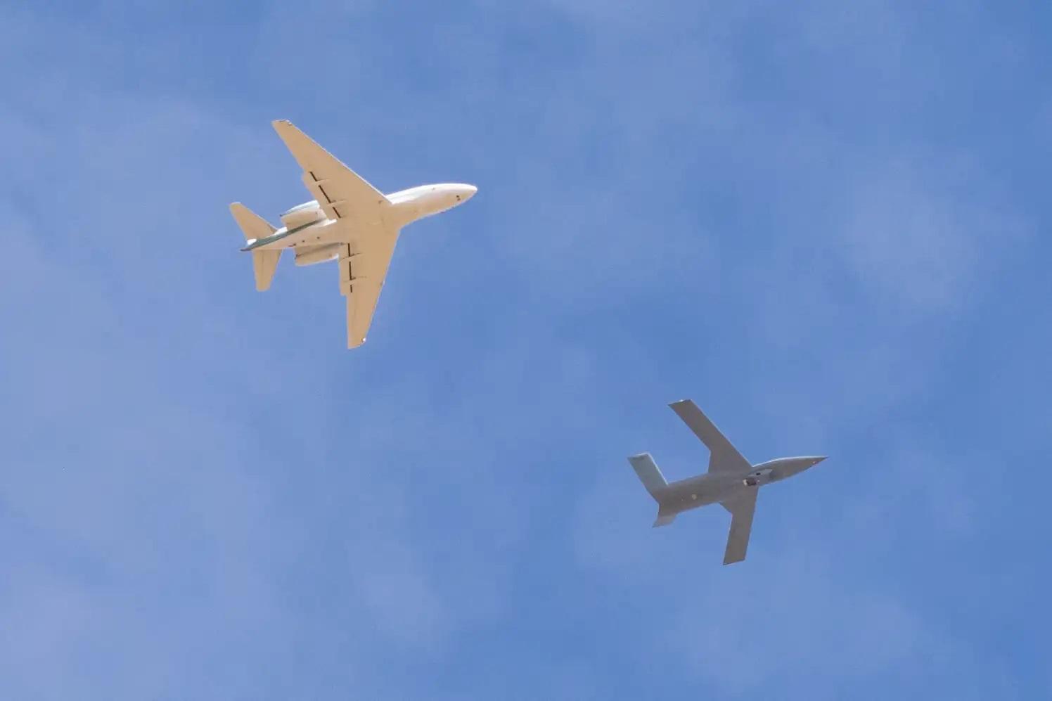 Изпитания на секретен самолет със загадъчен контейнер