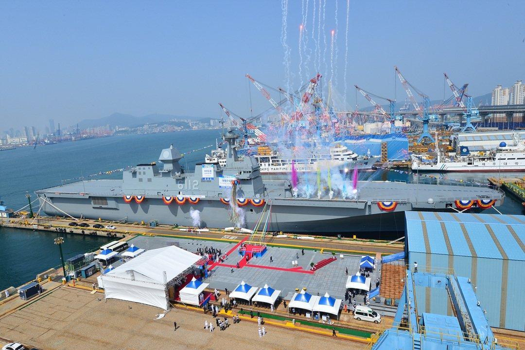Пуснат е на вода втория южно-корейски универсален десантен кораб-вертолетоносач тип «Токто» (снимки и видео)