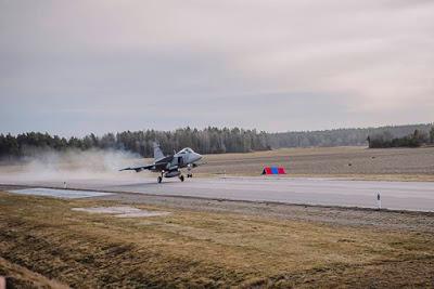Полети с Gripen от магистрала в Швеция