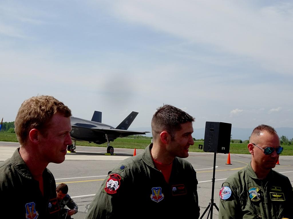 F-35A от състава на ВВС на САЩ в авиобаза Граф Игнатиево – интервю с пилотите (снимки и видео)