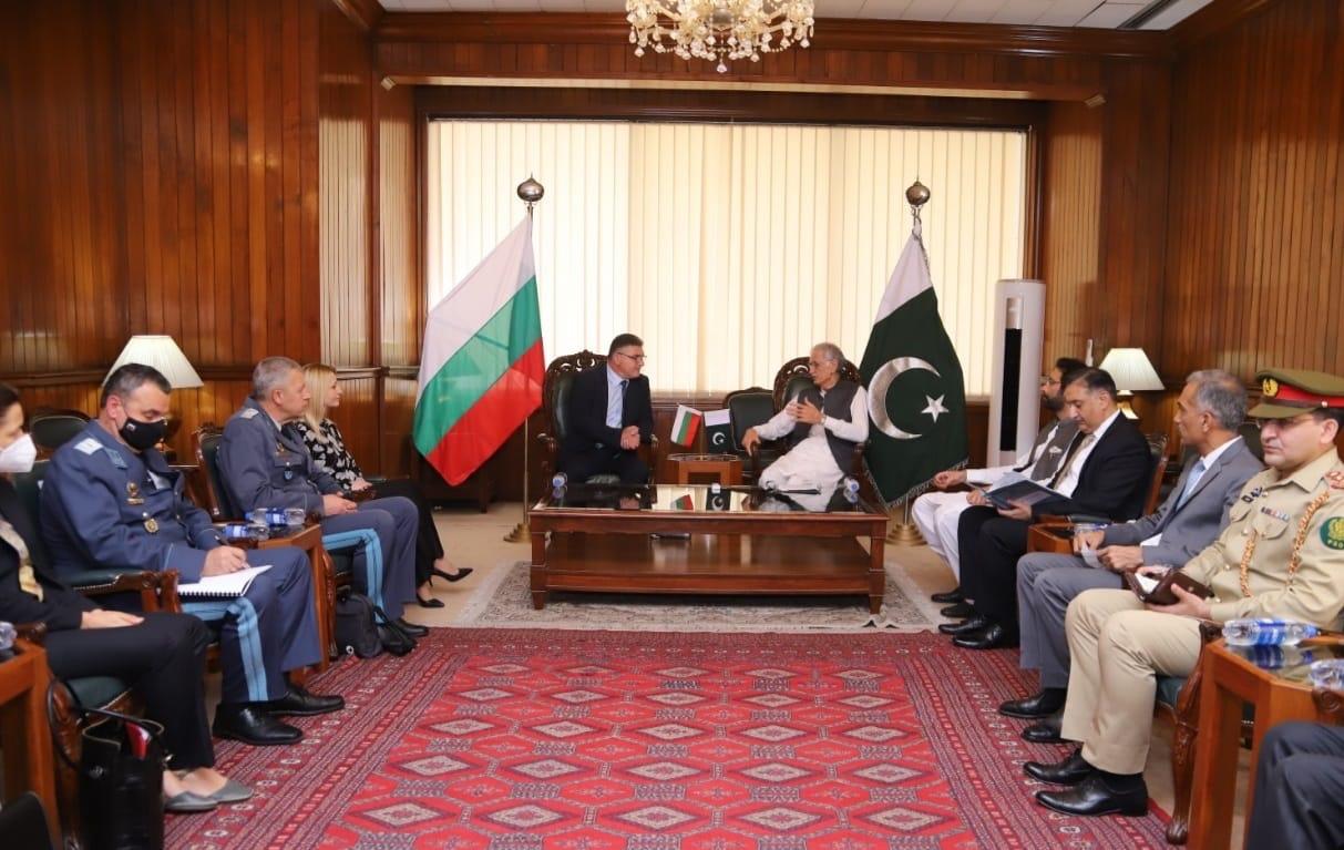 С военния министър Панайотов на борда на български самолет - афганистански граждани бяха успешно евакуирани в нашата страна